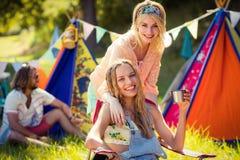 Amis ayant l'amusement ensemble au terrain de camping Photographie stock