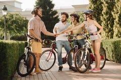 Amis ayant l'amusement ensemble dans le parc d'été Photo libre de droits