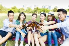 Amis ayant l'amusement ensemble et buvant de la bière Photographie stock
