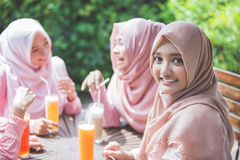 Amis ayant l'amusement ensemble tout en prenant le déjeuner Image libre de droits