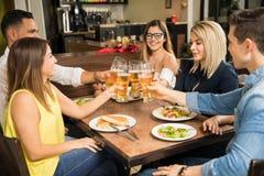 Amis ayant l'amusement et buvant de la bière Photo stock