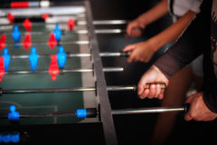 Amis ayant l'amusement jouant le foosball de table Photo libre de droits