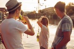Amis ayant l'amusement près du lac Photographie stock libre de droits