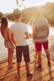Amis ayant l'amusement près du lac Photo libre de droits