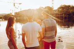Amis ayant l'amusement près du lac Images libres de droits