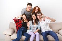Amis ayant l'amusement, prenant la partie de selfie à la maison Photo stock