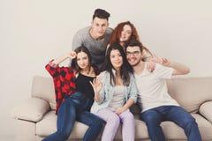 Amis ayant l'amusement, prenant la partie de selfie à la maison Photographie stock