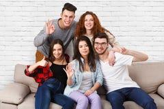 Amis ayant l'amusement, prenant la partie de selfie à la maison Images libres de droits