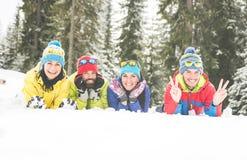Amis ayant l'amusement sur la neige Images stock
