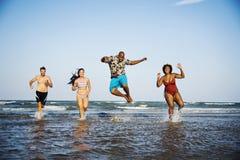 Amis ayant l'amusement sur la plage Photos libres de droits