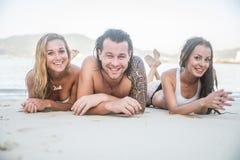 Amis ayant l'amusement sur la plage Photo stock