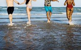 Amis ayant l'amusement sur la plage d'été Image libre de droits