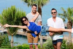 Amis ayant l'amusement sur la plage Vacances d'été Photographie stock libre de droits