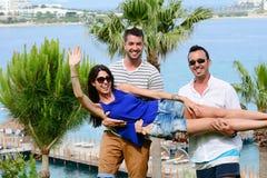 Amis ayant l'amusement sur la plage Vacances d'été Image stock
