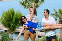 Amis ayant l'amusement sur la plage Vacances d'été Images stock
