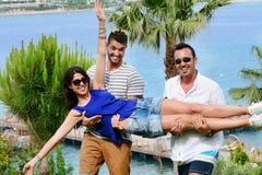 Amis ayant l'amusement sur la plage Vacances d'été Images libres de droits