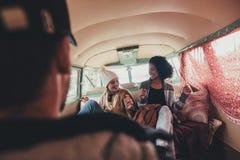 Amis ayant l'amusement sur le voyage par la route Image libre de droits