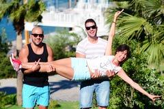 Amis ayant l'amusement sur un fond de mer Photographie stock libre de droits