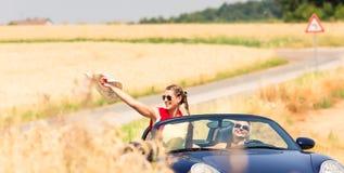 Amis ayant la balade en voiture d'été dans la voiture convertible Photo libre de droits