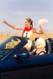 Amis ayant la balade en voiture d'été dans la voiture convertible Images stock