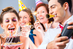Amis ayant la célébration d'anniversaire Photos libres de droits