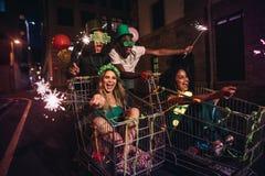 Amis ayant la célébration de jours du ` s de StPatrick sur la rue Images libres de droits