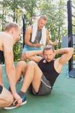 Amis ayant la formation de gymnastique suédoise Images libres de droits