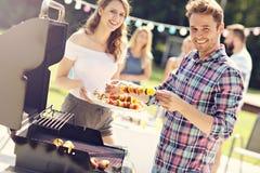 Amis ayant la partie de barbecue dans l'arrière-cour Image stock