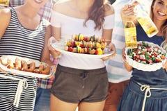 Amis ayant la partie de barbecue dans l'arrière-cour Photographie stock libre de droits