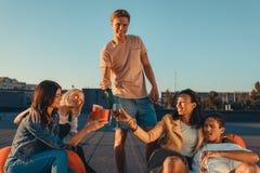 Amis ayant la partie sur le toit Photographie stock