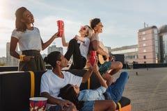 Amis ayant la partie sur le toit Photographie stock libre de droits