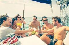 Amis ayant la partie sur un bateau Photo stock