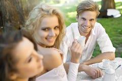 Amis ayant la pause de midi Image libre de droits