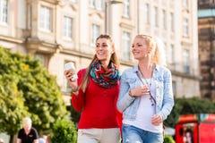Amis ayant la promenade dans la ville Images libres de droits