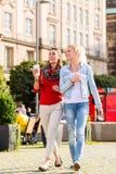 Amis ayant la promenade dans la ville Photo stock