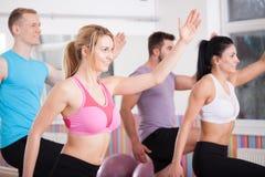Amis ayant la séance d'entraînement d'aérobic Photo libre de droits
