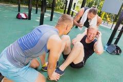 Amis ayant la séance d'entraînement de gymnastique suédoise Photos stock