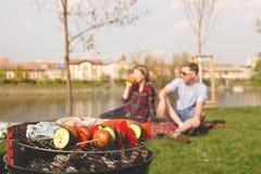 Amis ayant le barbecue extérieur Gril avec le divers barbecue, foyer sélectif Photographie stock libre de droits