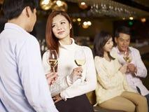 Amis ayant le bon temps dans le bar Photo libre de droits