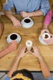 Amis ayant le café à la table Photographie stock libre de droits