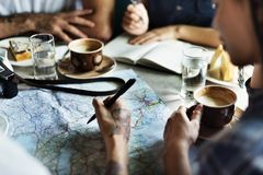 Amis ayant le café à un café Images libres de droits