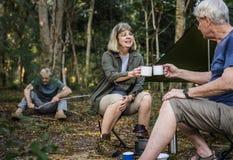Amis ayant le café à un terrain de camping Photo libre de droits