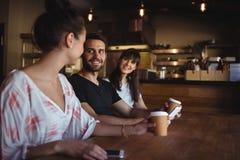 Amis ayant le café au restaurant Image libre de droits