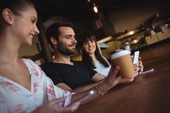 Amis ayant le café au restaurant Images libres de droits