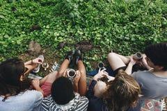 Amis ayant le café dans la nature Photo stock