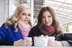 Amis ayant le café dehors Image stock