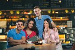 Amis ayant le café en café Image stock