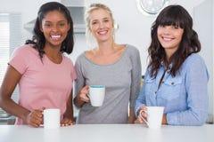Amis ayant le café ensemble Image libre de droits