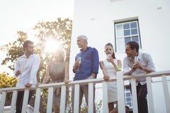 Amis ayant le champagne dans le balcon Photo libre de droits