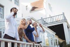 Amis ayant le champagne dans le balcon Photos stock